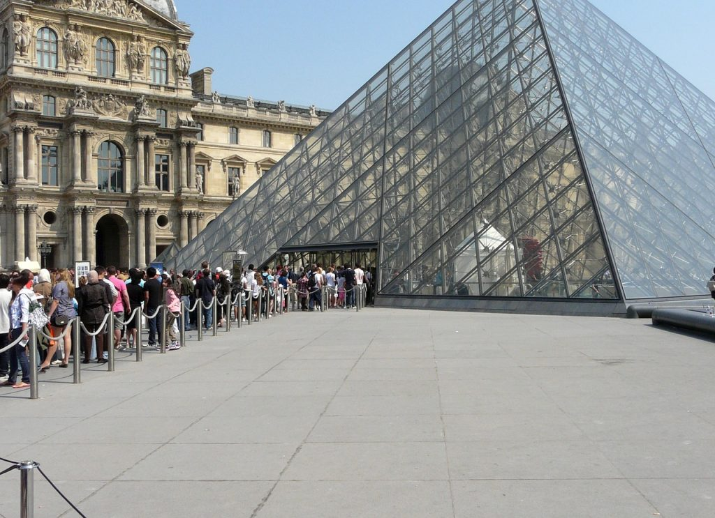View of the line at the Louvre entrance