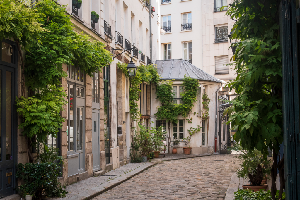 a photo of an alleyway in Paris