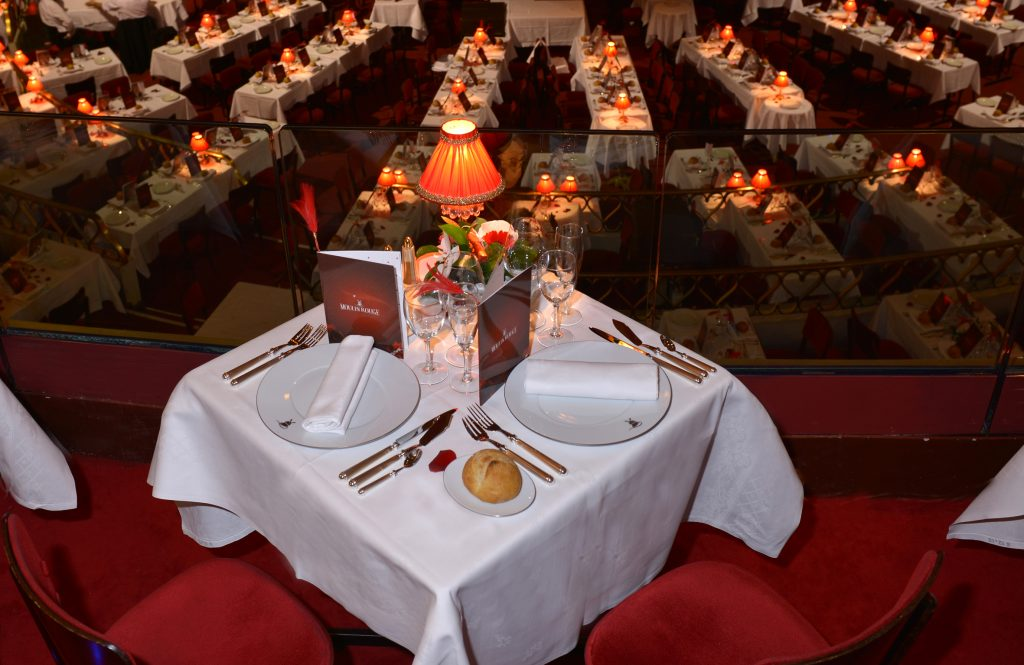 meja makan malam VIP di Moulin Rouge Paris