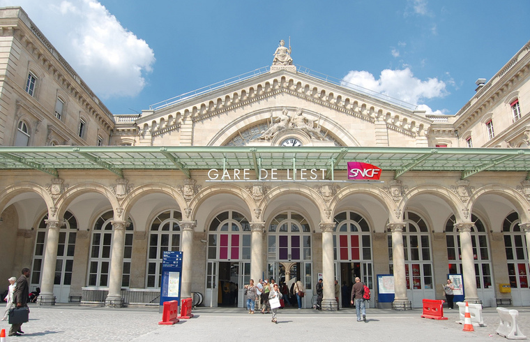 보 르 비콩트 facade of Gare de l'Est in Paris