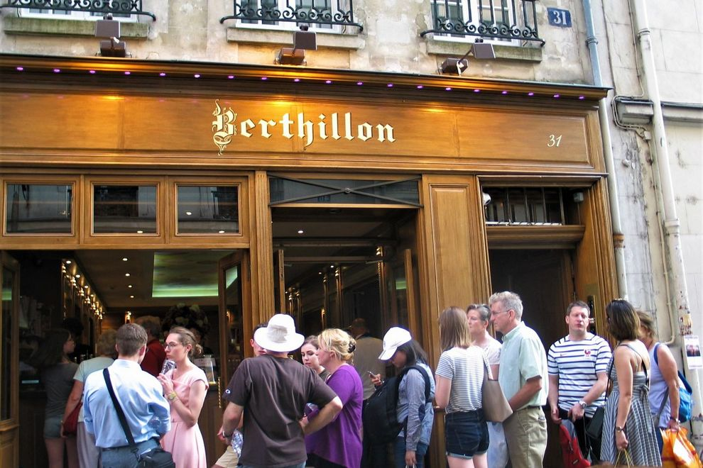 line of people outside Berthillon Paris