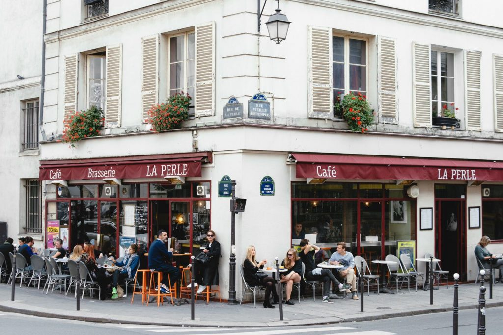 마레 지구 the facade of Cafe La Perle in Le Marais, Paris