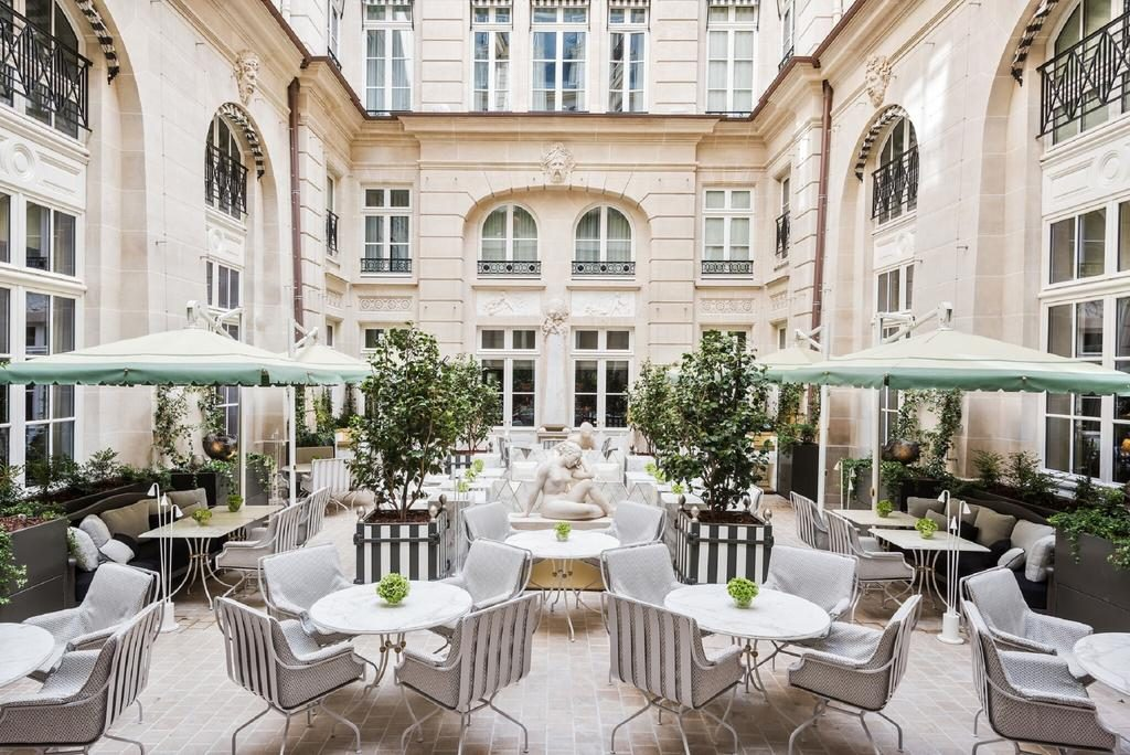 the courtyard of Hotel du Crillon